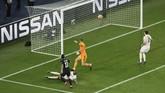 PSG sempat mencetak gol lewat Angel Di Maria di pertengahan babak kedua, tapi gol itu dianulir wasit Damir Skomina karena offside. (REUTERS/Benoit Tessier)