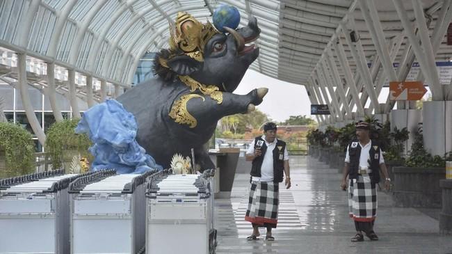 Pecalang atau petugas pengamanan adat Bali pun memantau situasi saat kawasan Terminal Internasional Bandara Internasional I Gusti Ngurah Rai, Bali. (ANTARA FOTO/Fikri Yusuf)