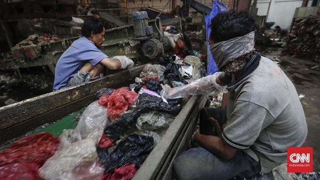 Kantong plastik bekas dipilah kembali sesuai jenis dan bahannya. Untuk daur ulang, dipilih kantong plastik yang biasa digunakan sehari-hari warga. (CNNIndonesia/Safir Makki).