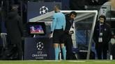 Wasit Damir Skomina yang berasal dari Slovenia menganalisa insiden handball Presnel Kimpembe melalui VAR. (Reuters/John Sibley)