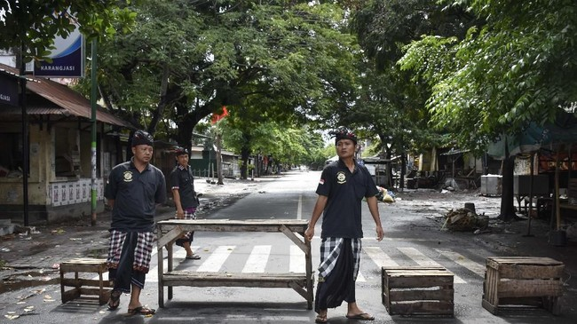 Sejumlah Pecalang juga berjaga di ruas jalan menuju pemukiman umat Hindu di Lingkungan Karang Jasi, Mataram, NTB. (ANTARA FOTO/Ahmad Subaidi)