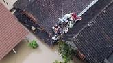 Bupati Madiun Ahmad Dawami menetapkan status darurat bencana banjir di wilayah Kabupaten Madiun, Jawa Timur menyusul kejadian banjir yang melanda wilayah setempat sejak Selasa (5/3) malam. (ANTARA FOTO/Dio Pratama)