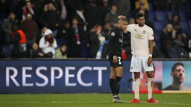 Penentu langkah Man United Marcus Rashford berusaha menghibur penyerang PSG Kylian Mbappe usai pertandingan. (REUTERS/Christian Hartmann)