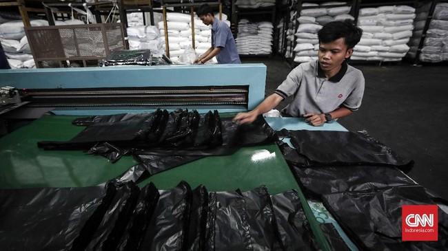 Hampir seluruh kantong plastik digunakan oleh pasar tradisional, bukan toko ritel modern. Penggunanya adalah para pedagang di pasar, toko buah di pinggir jalan, dan warung sembako. (CNNIndonesia/Safir Makki).
