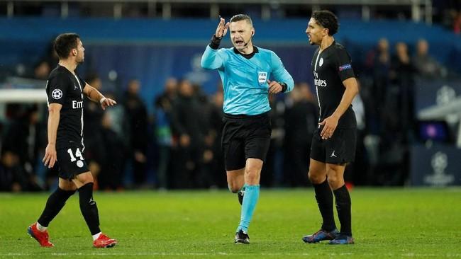 Wasit Damir Skomina memutuskan untuk memberi Man United penalti setelah Presnel Kimpembe dianggap melakukan handball. (Reuters/John Sibley)