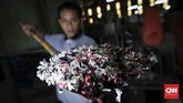 Nantinya, sampah tersebut akan dimasukkan ke dalam mesin untuk dicuci dan diolah menjadi biji plastik hasil daur ulang. (CNNIndonesia/Safir Makki).
