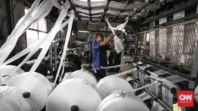 Sebagian lagi dibuat dari bahan baku baku plastik murni. Bahan baku diperoleh dari industri di dalam negeri, meski terkadang juga dipenuhi dari impor. (CNNIndonesia/Safir Makki).