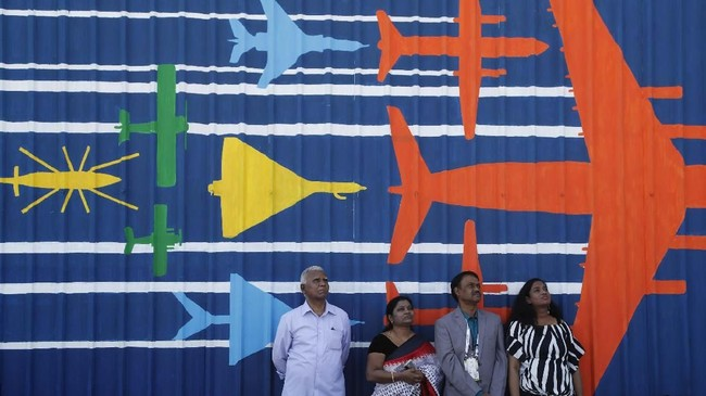 Penonton menyaksikan pilot tempur menampilkan manuver akrobat saat hari ketiga penyelenggaraan ajang dua tahunan Aero India 2019 di pangkalan udara Yelahanka di Bangalore, India. (AP/Aijaz Rahi)