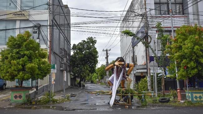 Tak hanya di Bali, ruas jalan yang menuju pemukiman umat Hindu di Mataram pun ditutup.Sebuah ogoh-ogoh dipasang di depan ruas jalan menuju pemukiman tersebut. (ANTARA FOTO/Ahmad Subaidi).