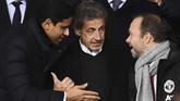Presiden PSG Nasser Al-Khelaifi (kiri), Nicolas Sarkozy dan Wakil Presiden Manchester United Ed Woodward (kanan) tampak akrab mengobrol di tribune VVIP Parc des Princes. (Photo by FRANCK FIFE / AFP)