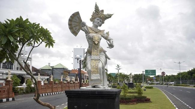 Suasana ruas jalan wilayah Desa Adat Tuban, Badung, Bali juga tampang lengang. Tak ada satu kendaraan pun yang melintas. (ANTARA FOTO/Fikri Yusuf)