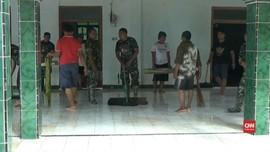 VIDEO: Banjir Surut, Warga dan TNI Mulai Bersihkan Rumah