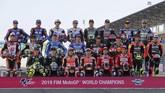 Seluruh 22 pebalap MotoGP yang akan berlaga musim 2019 berpose di Sirkuit Internasional Losail. (KARIM JAAFAR / AFP)