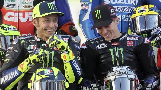 Duo Monster Energy Yamaha Valentino Rossi dan Maverick Vinales tertawa di sela pemotretan. (KARIM JAAFAR / AFP)