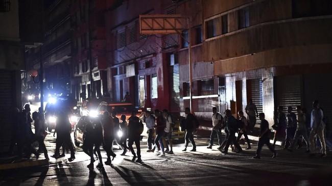 Perusahaan listrik Venezuela yang merupakan milik negara, CORPOELEC, juga mengklaim ada yang melakukan sabotase terhadap generator mereka di Guri. (Photo by YURI CORTEZ / AFP)