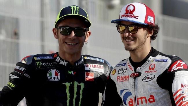 Valentino Rossi (kiri) foto bersama mantan anak didiknya di VR46 Academy Francesco 'Pecco' Bagnaia yang musim ini tampil di MotoGP 2019 bersama Pramac. (KARIM JAAFAR / AFP)