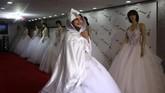 Sejumlah perempuan di Gaza memilih bekerja untuk menambah pemasukan karena tingkat kemiskinan yang tinggi. (REUTERS/Samar Abo Elouf)