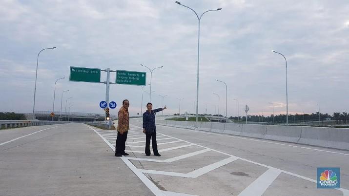 Menteri BUMN Rini Soemarno (kanan) berfoto di salah satu ruas Jalan Tol Trans Sumatera Bakauheni-Terbanggi Besar di Lampung, Jumat (8/3/2019).