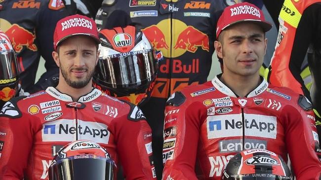 Duo Ducati Andrea Dovizioso dan Danilo Petrucci berpose. Petrucci menjadi pengganti Jorge Lorenzo di Ducati. (KARIM JAAFAR / AFP)