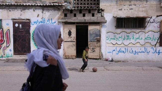 Perempuan di Jalur Gaza harus berjuang mencoba hidup normal di antara situasi kemiskinan dan konflik berkepanjangan. (REUTERS/Samar Abo Elouf)