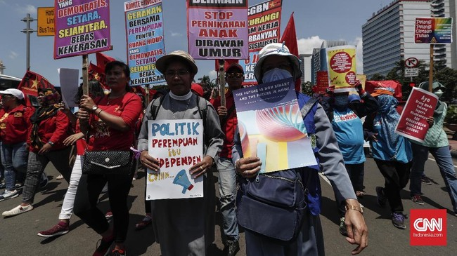 Indonesia juga ikut menyemarakkan perayaan Hari Perempuan Internasional. Sejumlah aktivis dan buruh perempuan memperingatinya dengan berjalan kaki dari Patung Kuda menuju Taman Aspirasi Jakarta. (CNN Indonesia/Safir Makki)