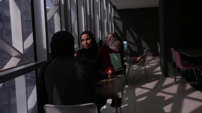 Tidak seluruh perempuan Gaza bisa mendapat pekerjaan dengan bayaran yang layak. (REUTERS/Samar Abo Elouf)