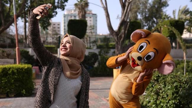 Akan tetapi, kebanyakan sistem pekerjaan di Gaza adalah kontrak dan kesempatan untuk para perempuan Gaza diangkat menjadi pegawai tetap masih kecil. (REUTERS/Samar Abo Elouf)