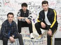 Lama Vakum, 'Sucker' Jonas Brothers Rajai Billboard 100