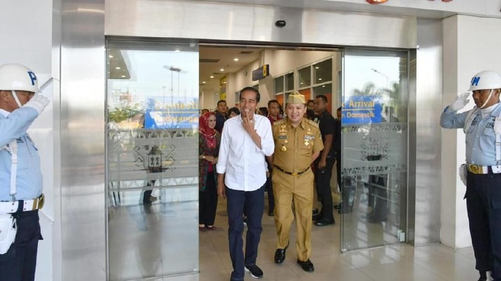 Jokowi mengatakan kepada jurnalis bahwa pengelolaan Bandara Radin Inten II agar secepat diserahkan kepada PT Angkasa Pura II (Persero).