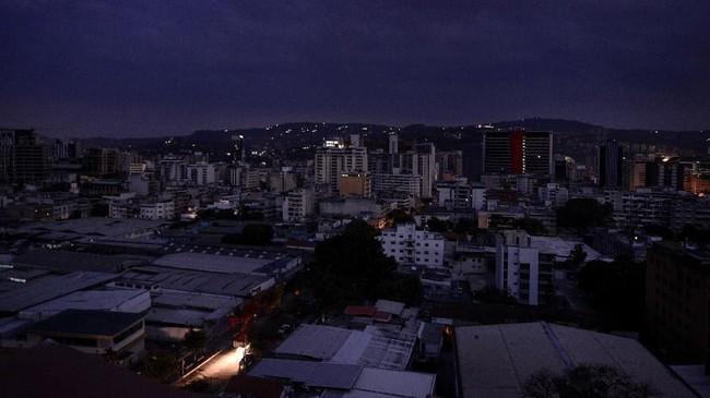 Situasi ini memengaruhi kegiatan transportasi umum, telepon, dan layanan Internet di sebagian besar wilayah Venezuela. (Photo by Matias DELACROIX / AFP)