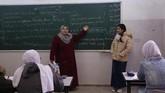 Konflik di internal Palestina dan dengan Israel membuat perempuan Gaza harus putar otak untuk terus membina generasi selanjutnya. (REUTERS/Samar Abo Elouf)