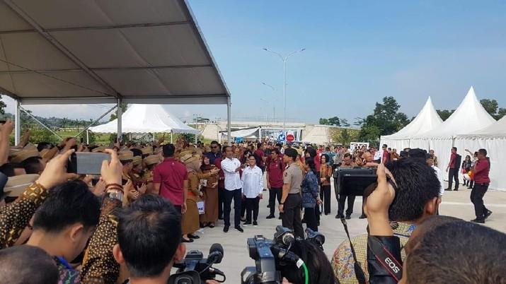 Presiden Joko Widodo (Jokowi) menjanjikan jalan di wilayah Lampung-Aceh akan tersambung tol tanpa putus pada 2024