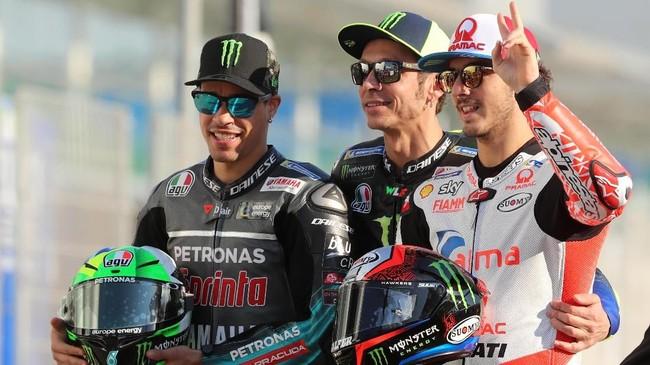 Pebalap Petronas Yamaha Franco Morbidelli, pebalap Yamaha Valentino Rossi, dan pebalap Alma Pramac Racing Francesco Bagnaia foto bersama jelang sesi pemotretan di Sirkuit Losail. (KARIM JAAFAR / AFP)