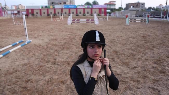 Beberapa perempuan Gaza bahkan terpaksa tidak menyelesaikan kuliah karena terdesak kebutuhan dan memilih bekerja. (REUTERS/Samar Abo Elouf)
