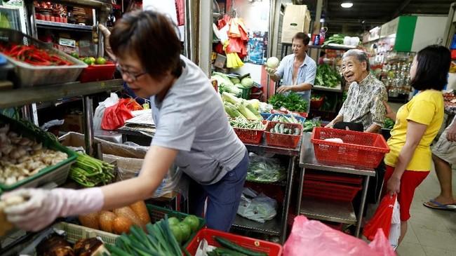 Itu tak hanya menjadi masalah bagi Leong dan mi-nya. Budaya jajanan kaki lima yang hendak didaftarkan Singapura ke UNESCO juga mulai meredup karena minus regenerasi. (REUTERS/Edgar Su)