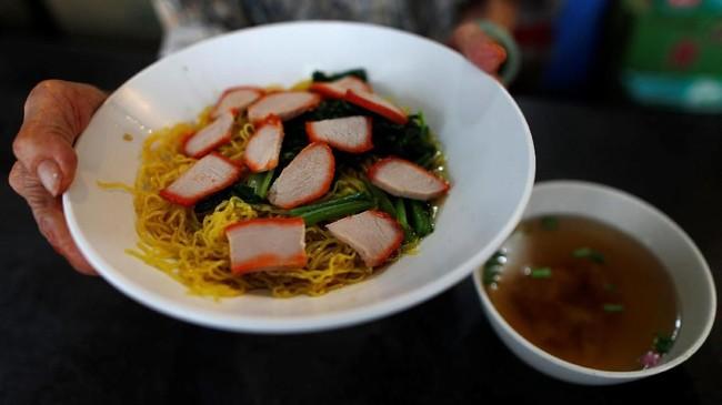 Jajanan itu terkenal sampai dikunjungi Anthony Bourdain dan Gordon Ramsay, bahkan muncul di 'Crazy Rich Asians.' Salah satu makanan yang lazim dijajakan adalah mi. (REUTERS/Edgar Su)