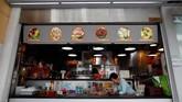 Salah satu yang terkenal dari Singapura adalah pusat jajanan kaki lima yang hampir selalu penuh sesak. Ada lebih dari 6.000 penjaja makanan kaki lima di sana. (REUTERS/Edgar Su)