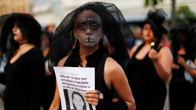 Para perempuan El Salvador sudah terbiasa dengan kekerasan dalam demonstrasi semacam ini. Pada peringatan kali ini, mereka pun menggelar aksi untuk mengingat semua perempuan yang tewas dalam perayaan Hari Perempuan Internasional di tahun-tahun sebelumnya. (Reuters/Jose Cabezas)