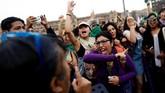 Berbeda dengan Turki, perempuan di Meksiko harus berhadapan langsung dengan para pejabat gereja yang dianggap terlalu kolot. (Reuters/Edgard Garrido)