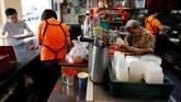Singapura berusaha mempertahankan budaya kaki lima dengan mendaftarkannya ke UNESCO dan menyubsidi biaya sewa kios untuk kebanyakan pekerja yang usianya di atas 43 tahun. (REUTERS/Edgar Su)