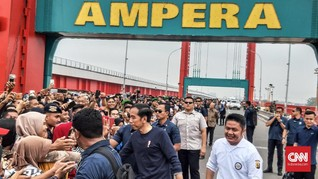 Jokowi Sapa Masyarakat Palembang dari Jembatan Ampera
