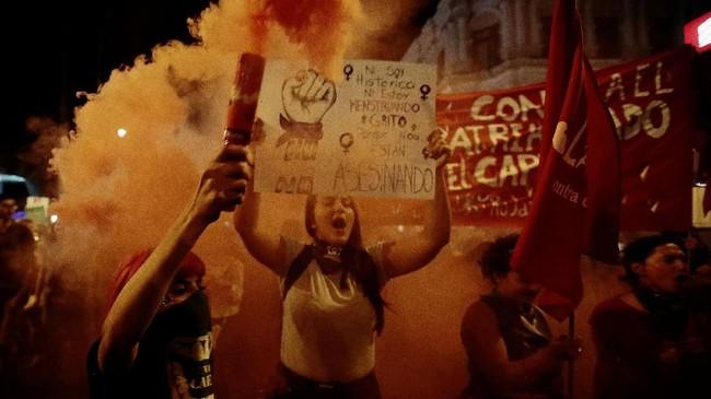 Ribuan pria dan perempuan turun ke jalan-jalan di berbagai pelosok dunia untuk merayakan Hari Perempuan Internasional pada Jumat (8/3). (Reuters/Juan Carlos Ulate)