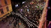Di Istanbul, Turki, misalnya. Kepolisian berusaha memecah massa yang menggelar demonstrasi menuntut kesetaraan gender. (Reuters/Kemal Aslan)