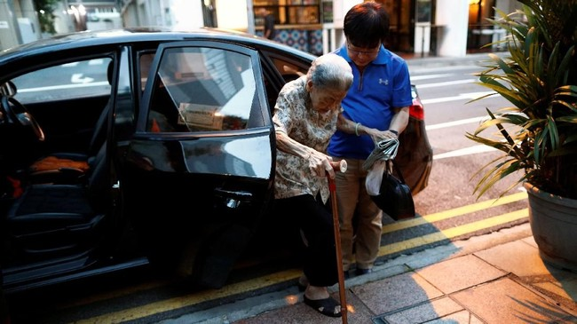 Pukul delapan pagi sampai lima sore, ia bekerja tak henti menyiapkan lebih dari 200 mangkuk mi untuk pelanggan. Leong sadar dirinya sudah tua, tapi ia tak ingin berhenti. (REUTERS/Edgar Su)