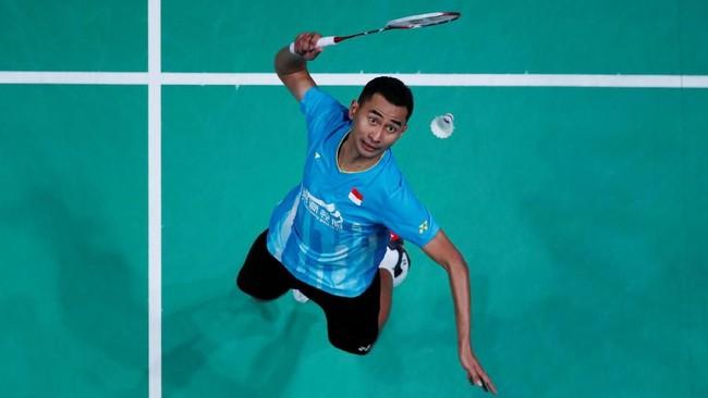 Satu-satunya wakil Indonesia di sektor tunggal putra Tommy Sugiarto meraih kemenangan pada gim pertama atas Angus Ng Ka Long asal Hongkong. (Action Images via Reuters/Andrew Boyers)