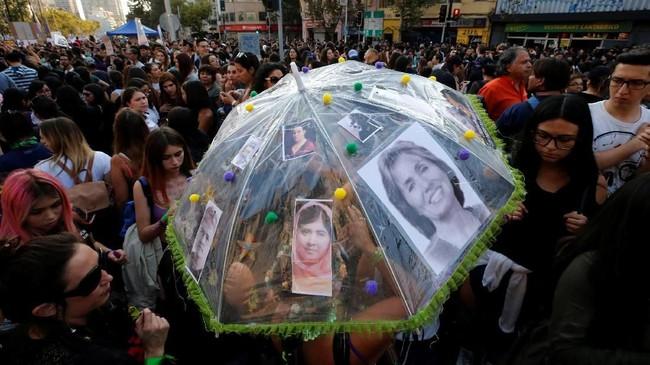 Para pria menyatukan langkah untuk membela perempuan di tengah isu-isu ketidaksetaraan di negara masing-masing, seperti perbedaan upah berdasarkan jenis kelamin hingga hak aborsi. (Reuters/Rodrigo Garrido)