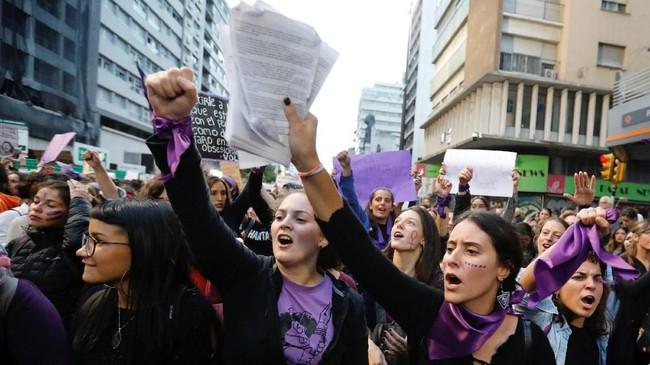 Sementara itu, di beberapa belahan dunia, kehadiran polisi mengganggu tujuan damai aksi di hari perempuan tersebut. (Reuters/Andres Stapff)