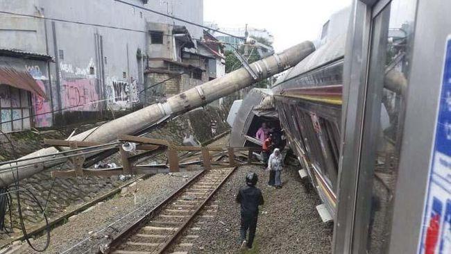 KRL Anjlok, Ratusan Penumpang Telantar di Stasiun Cilebut