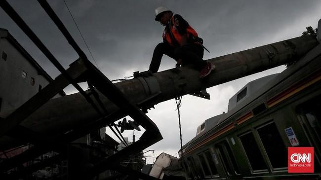 Kepada masyarakat yang telah terlanjur membeli tiket KRL untuk melakukan refund di stasiun terdekat.(CNN Indonesia/Andry Novelino)