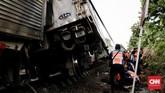 Sebanyak tujuh orang dari 17 penumpang yang terkena luka ringan sudah diperbolehkan pulang.(CNN Indonesia/Andry Novelino)